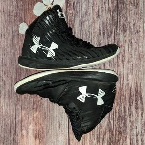 Under Armour boys 4Y Basketball Sneakers BLK white